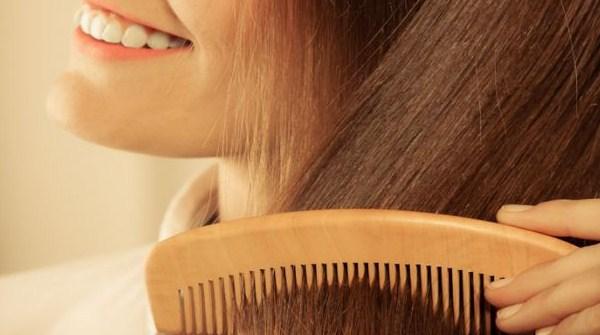 Cara mengepang rambut harus disisir dulu
