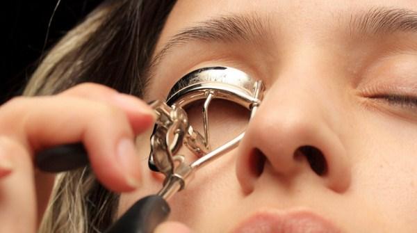 Hindari menggunakan pelentik bulu mata terlalu keras