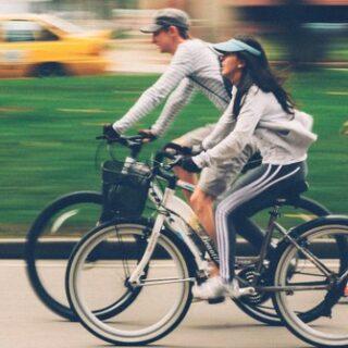 Gambar 2 - Lelaki dan Wanita bersepeda
