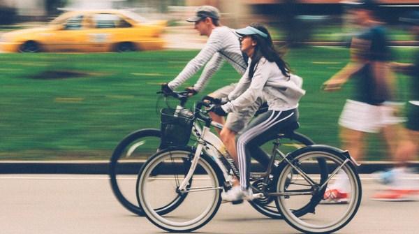 Lelaki dan Wanita bersepeda