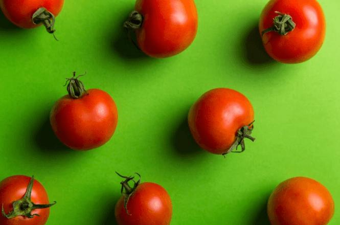 Masker untuk kulit berminyak alami yang murah dan cara membuatnya - tomat
